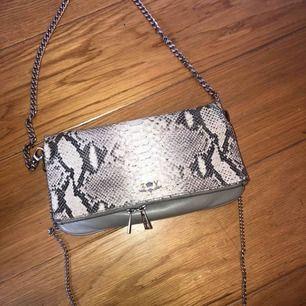 Säljer min fina Zadig väska, inköpt för 4000kr. Dustbag och äkthetsbevis medföljer.