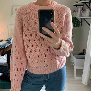 Ljusrosa stickad tröja i ull och mohair från & other stories. Storlek M men skulle säga att den passar mindre också. ✨ frakt tillkommer!