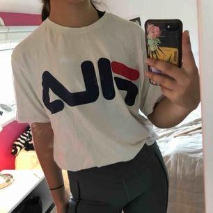 Vit FILA t-shirt, oversized på på mig som är i normal storlek S. Frakt står köparen för