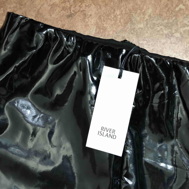 Oanvända snygga vinylbyxor från River Island Köparen står för frakt . Jeans & Byxor.