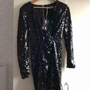 Oanvänd klänning,passar M/L Köparen står för frakt