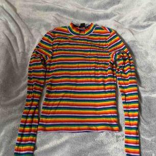 En polo tröja som kommer upp lite på halsen! Köpt på monki för 200kr men har används 2 gånger max! Tycker den är sjukt skön och ha på sig :) fraktas om de behövs annars möts upp jag i Stockholm