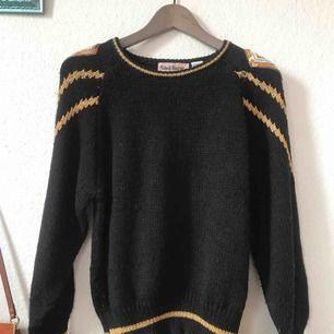 Fin tröja köpt på beyond retro, använd en gång!  Andra bilden visar lite skavanker på baksidan av tröjan, syns även på tredje bilden! Frakt: 65kr