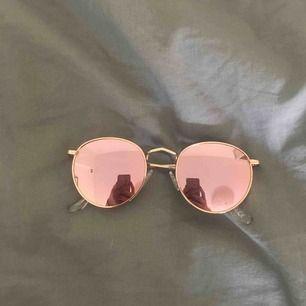 Coola solglasögon med spegellinser. Köpta på Gina tricot. Säljer då de tyvärr aldrig har kommit till användning! Har en liten repa (därav priset) men annars är de precis som nya Hör av dig vid ev frågor!