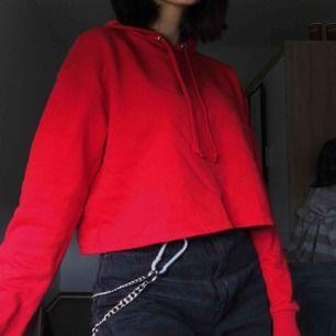 jättemysig croppad hoodie, använder den knappt däremot. Perfekt nu till det kalla vädret, frakt är redan inräknat :)