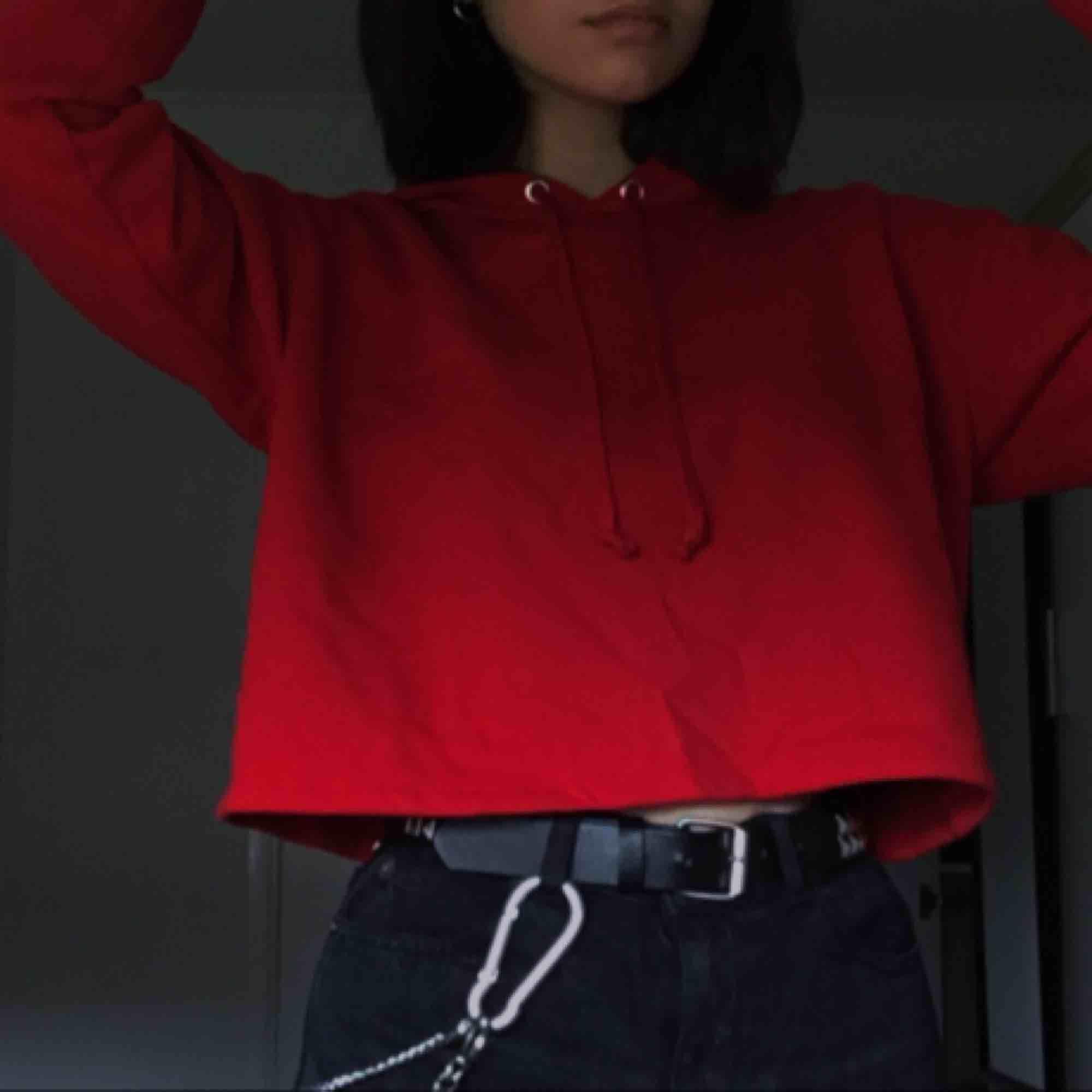 jättemysig croppad hoodie, använder den knappt däremot. Perfekt nu till det kalla vädret, frakt är redan inräknat :). Huvtröjor & Träningströjor.