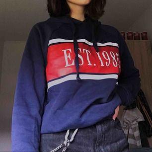 skön blå hoodie från ginatricot, säljer då det inte är min stil! den är inte så använd så den är i bra kondition. frakten är redan inräknad :)
