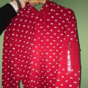 Säljer en Alpha industries hoodie som ALDRIG är använd. Den är i storlek L i herr modell. Köpt på Carlings för 1200kr så säljer den för en fruktansvärt bra pris.