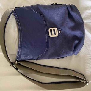 superfin lila väska från ESPRIT.  originalpris ca 299kr  köparen betalar frakt på ca 50kr ☺️