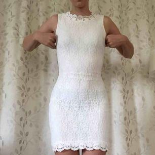 Klänning från dry lake. Köpt för 700kr. Något genomskinlig men om man har vita eller beiga underkläder under funkar det. Har inte det på bilden dock..