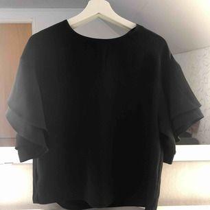 En bred tröja från hm, jätte skönt material. Funkar till finare tillfällen och till vardags☺️