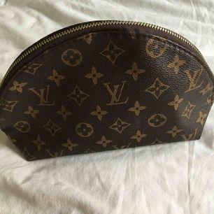 Louis Vuitton kopia, använd men i hyfsat bra skick😚Perfekt för att resa som en nesecsär👍
