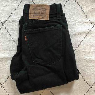Levis 882 svarta vintage. Höga raka Levis jeans som sitter supersnyggt på. Passar dig som har lite bredare höfter och smalare midja jmf Levis 501. Möts upp i Stockholm eller skickas mot frakt.
