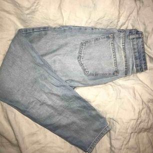 Säljer mina ljusblåa mom jeans från Chiquelle för att jag får ingen användning för de. De har använts få gånger och är i väldigt bra skick! Köparen står för frakten!