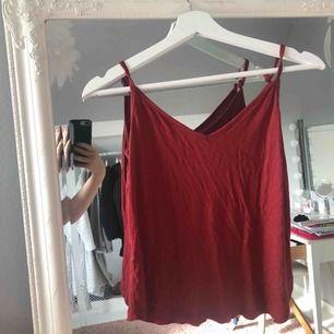 Använd 2 gånger. Fint linne med jätteskönt material. Från Åhléns, passar Xs till M. På bilden har jag knutigt banden.