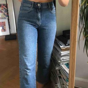 Snygga tajta jeans i den perfekta blåa tonen från WERA :) knappt använda så i perfekt skick 💖 frakt tillkommer, skriv om du har några frågor