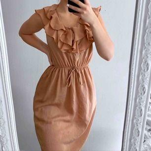 Brun klänning från HM storlek 40 i fint skick. Frakt kostar 42kr extra, postar med videobevis/bildbevis. Jag garanterar en snabb pålitlig affär!✨ ✖️Fraktar endast✖️