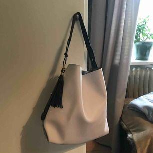 Väska från Zara. Ljusgrå och svart.