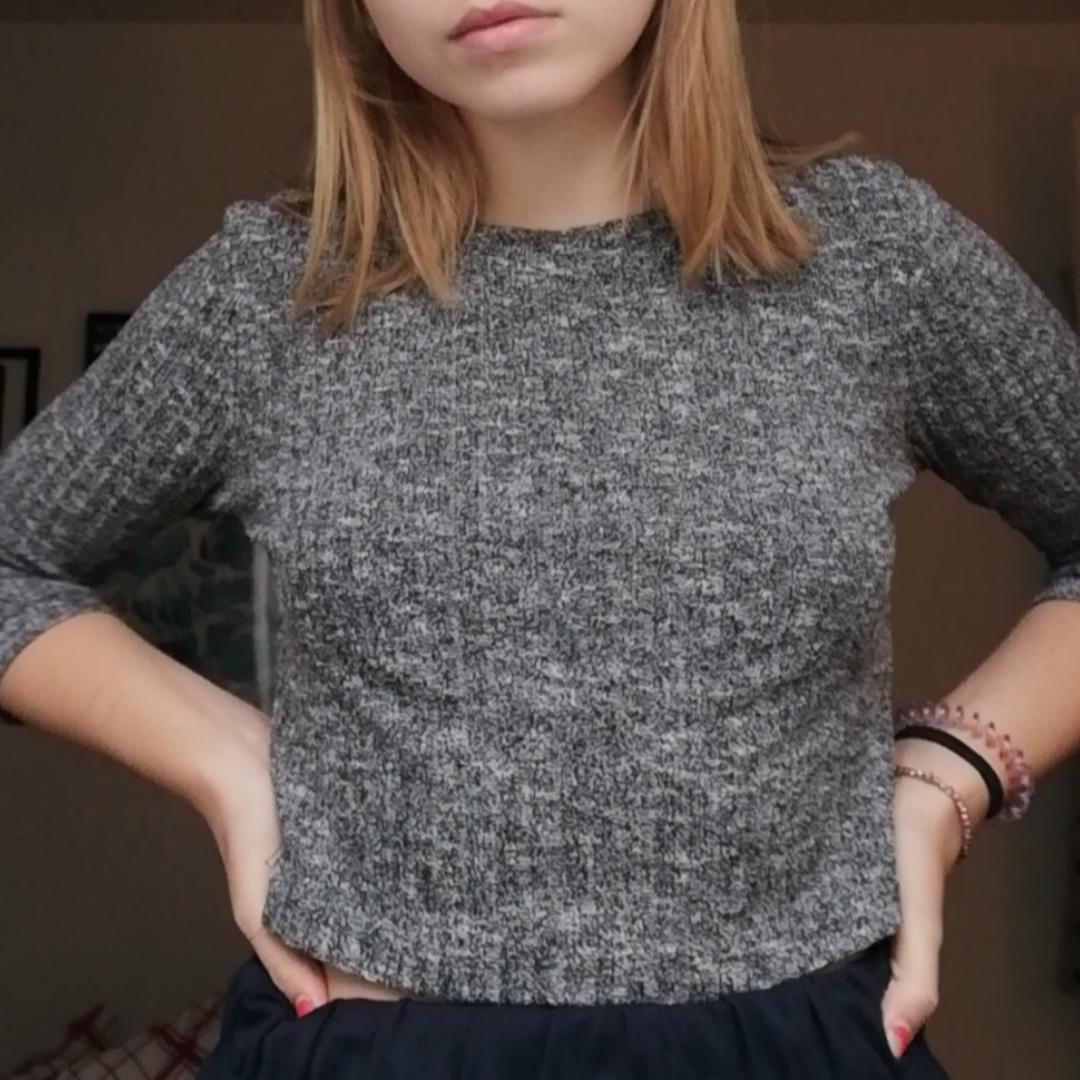 Fin ribbad grå tröja, använd ett fåtal gånger. Frakt tillkommer🧡 . Övrigt.