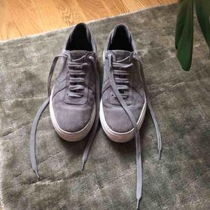 Axel Arigato Platform sneakers - grey suede.  Strl 36. Använda fåtal gånger. Skickas med spårbar frakt postnord 63kr bekostas av köpare.