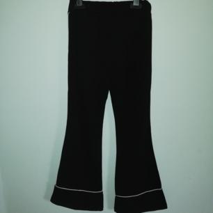 Utsvängda svarta kostym aktiga byxor. Ändast provat byxorna då dom tyvärr är för små för mig. Skulle säga att dom passar både S o XS. Frakt tillkommer🍁