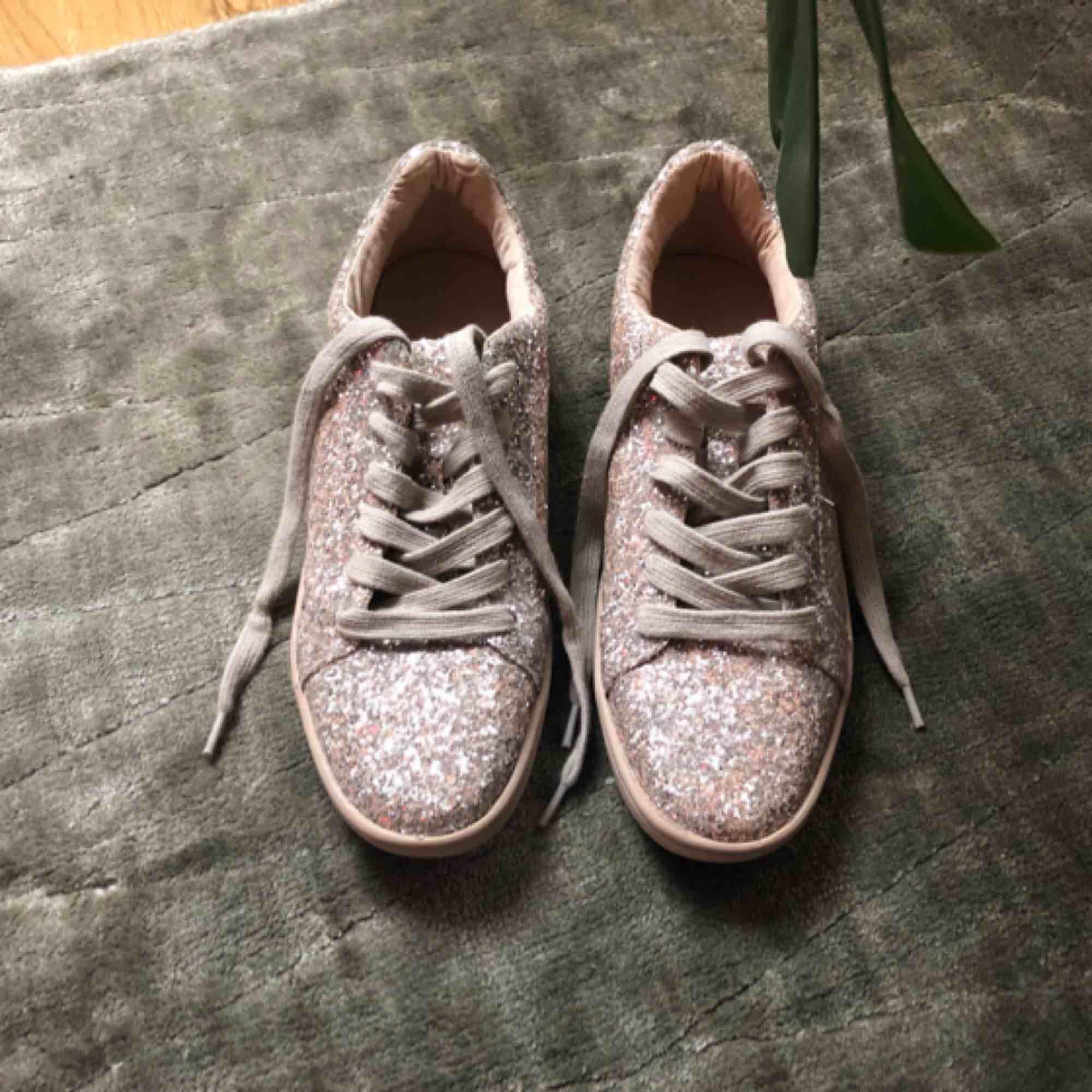 Glittriga sneakers från Zara i puderrosa. Helt nya aldrig använda. Skickas med spårbar frakt postnord 63kr. . Skor.