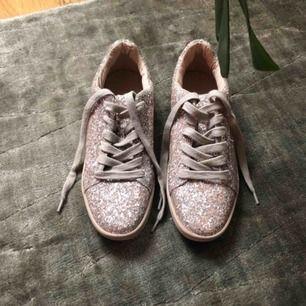 Glittriga sneakers från Zara i puderrosa. Helt nya aldrig använda. Skickas med spårbar frakt postnord 63kr.