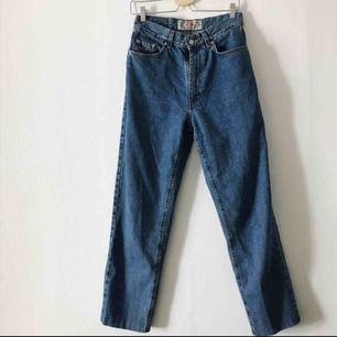 Perfekta jeansen i snyggaste blå färgen. Älskar dom men dom är tyvärr för stora för mig. Hög midja och raka ben. W30/L32.