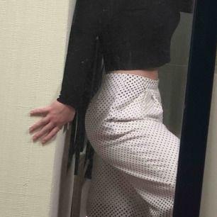 Riktigt coola byxor från topshop. Använda men i bra skick! Gör hela outfiten verkligen! Skriv för mer bilder.