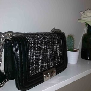 Väska från Gina Tricot, köpt för 399kr i butik. Kan mötas i Stockholm annars står köparen för frakt 💞