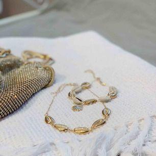 Fint halsband med guldiga snäckor! Finns även en matchande fotlänk/alternativt armband. Ett för 55kr eller båda för 90kr. Frakt tillkommer på 9kr.