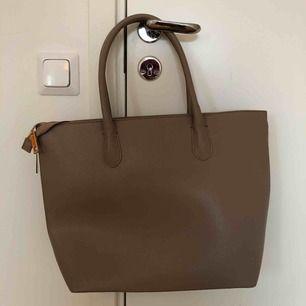 Stor beige handväska med många fack och mycket utrymme. Säljer pga. Att den inte kommer till användning. Jag möts upp i Sthlm eller så delar vi på frakten🥰
