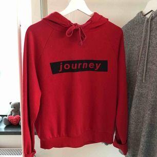 Röd hoodie från Gina Tricot. Väldigt använd därav priset. Lite nopprig men annars är den i fint skick. Jag möts upp i Sthlm eller så delar vi på frakten🥰