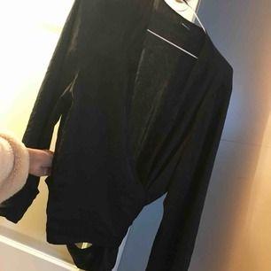 Super fin svart silkes omlotts tröja från gina tricot! Aldrig använd