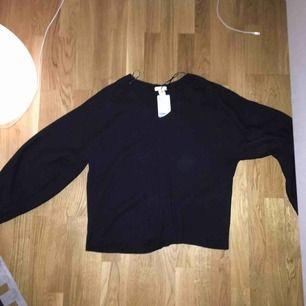 En aldrig använd stickad tröja från H&M. Den är väldigt fin men tyvärr är den inte riktigt min stil, så säljer den.