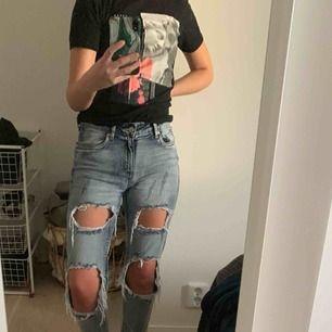 Skit coola jeans i storlek 34, använda max 4 gånger så väldigt bra skick❣️ Säljs då de tyvärr inte kommer till användning:( Köpare står frakten :)