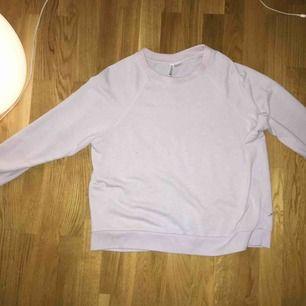En lavendel-lila tröja i storlek L i väldigt fint skick.