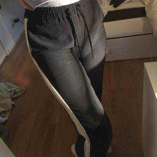 """ASSNYGGA mörkblåa """"raka"""" kostymbyxor med ett vitt sträck längst benen!! Säljs pga att de är för små och inte riktigt min stil🥺 Byxorna är i asbra skick eftersom att jag knappt använt dem;( Frakten står köpare för☄️"""