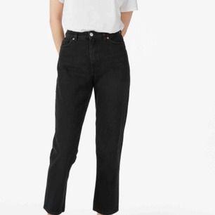 Taiki jeans från monki (mom jeans ungefär) i storlek 30, jag är 167 cm. Modellen på bilden är 170 cm o bär storlek 26. Använda men i bra skick, säljer pga för stora.  Fraktkostnad tillkommer 👻