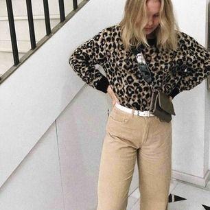 Mysig leopardstickad tröja från Cubus. Passar till både vita, beige, svarta och blåa jeans och är perfekt till hösten!!!💞✨🍂