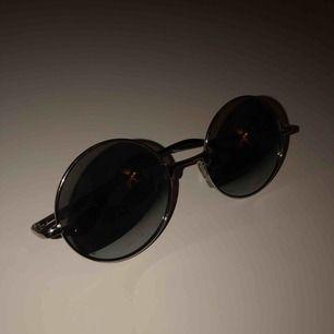 runda glasögon med silvrigt glas