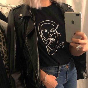 Tshirt ifrån NAKD, nyskick! Passar XS-M 👍🏼 superfin och piffar upp en enkel outfit!!