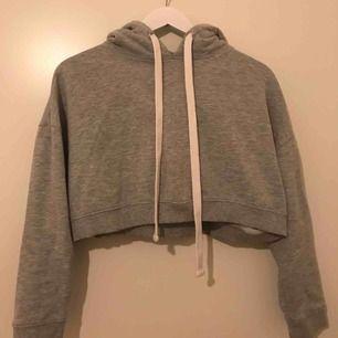 Jättefin kort hoodie från Bik Bok i storlek M men passar mer som en XS eller S☺️