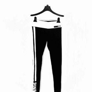 Superbekväma yogatights från PINK!!💓💓 svarta med vita sträck och PINK-logga, låg midja och långa ben! Frakt är inkluderat i priset!!📮