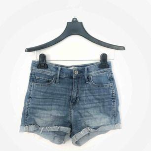 Korta hollister-shorts med hög midja! Ljusblå och ganska tvättade!