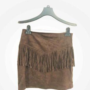 Sååå fin kjol i suede/ mocka material!! Mörkbrun med friges som blir supersnyggt när man går! Säljer den pga den är för liten tyvärr... 💛💛