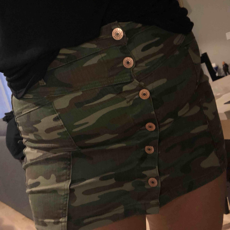Stretchig kort kjol från Forever 21! Fint skick, frakten är inkluderad i priset😇. Kjolar.