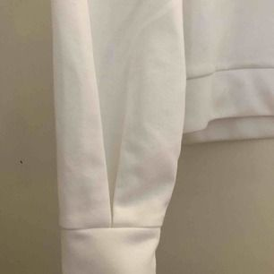 Sweatshirt från Adidas, använd 1 gång (Som ny)  Köpt för 600 kr.  Storlek Xs men passar också S, beror på hur man vill ha den.  Perfekt att slänga på sig till träningen.  Har ett prickigt linne under om den ser lite prickig ut på bröstet.  Ny skick!