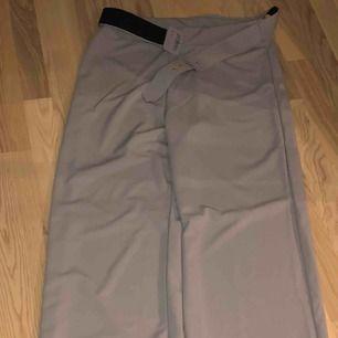 Stretchiga gråa kostymbyxor från Boohoo, aldrig använda! Väldigt långa. Frakten inkluderad🌼