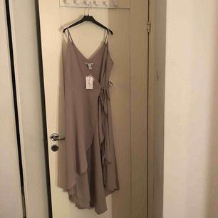 Superfin klänning från NELLY.com's egna märke NELLYONE. Klänningen har aldrig kommit till användning,alla lappar sitter kvar. Originalpris 400kr. vid snabb affär kan priset diskuteras. köparen står för frakt. Skriv för flera bilder
